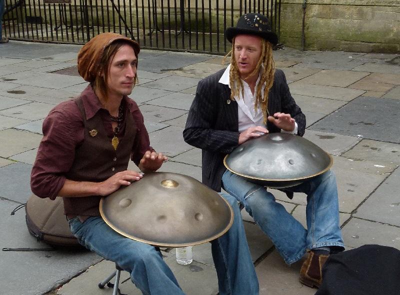 musicos callejeros hang drum